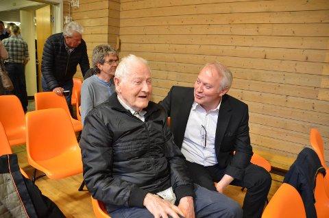 PÅ TALEFOT: Vidar Kleppe (Dem.) til høyre lovte den gamle KrF-kjempen Sverre Larsen på Hidra at han skal holde KrF i ørene i fylkestinget i morgen.
