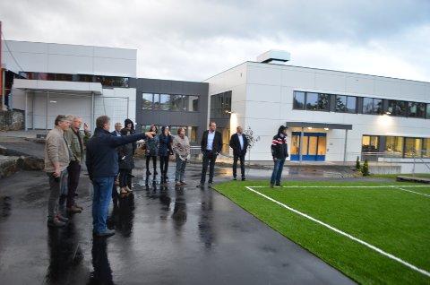 UNGDOMSSKOLEN: Politikerne gledet seg over at Flekkefjord ungdomsskole fikk nye fine lokaler. Det jobbes også med trivsel og arbeidsmiljø for elevene.