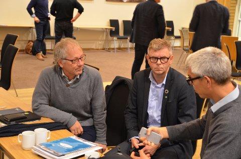 MANGE INNSPILL: Regionalsjef Kenneth Andresen (til høyre) har fått inn 630 høringsuttalelser til den nye regionplanen. Det betyr mye å lese også for varafylkesordfører Tore Askildsen (KrF) til venstre og fylkesordfører Terje Damman (Uavh.)