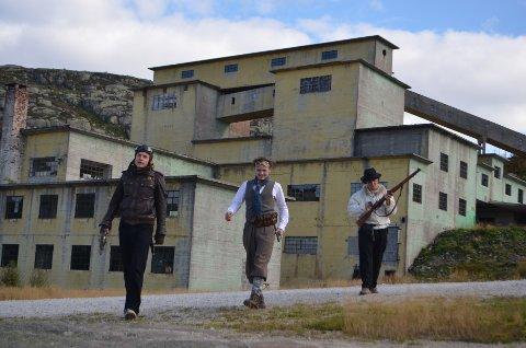 KNABEN MER ENN KULISSER: Ola Magne Rasmus Ruud Røyseland til venstre hadde med seg filmkamerater fra Kristiansand for spille inn deler av Constitutionens Voktere i gruvene på Knaben for noen år siden. Nå ønsker Riksantikvaren at det gjøres mer ut av gruvebygningene.