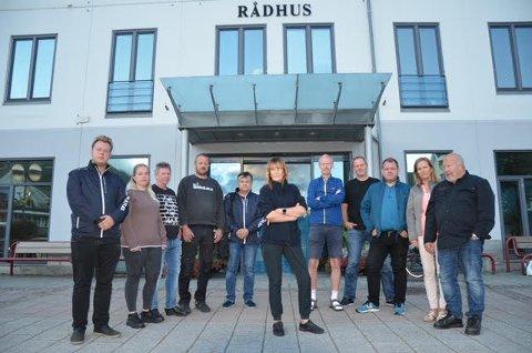 STÅR SAMLET: Hele Kvinesdal Frp står samlet om Aud Røyland (midten) og Linn Anita R. Egeland som har satt spørsmål om håndteringen av mislighold, stjeling og utro tjenere på den politiske dagsorden