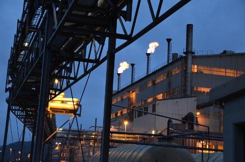 KUTTER UTSLIPP: Det er sjeldent at røykgassen brennes over tak i Kvinesdal, men i perioder med vedlikehold av kraftverket som drives av røykgassen må røygassen brennes som «fakler». Eramet jobber nå med å bli enda mer utslippsvennlig ved å finne tiltak som kan redusere CO2-utslipp fra produksjonen. Hydrogen er noe av det som det forskes på å bruke som erstatning for koks (karbon).