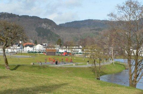 SKATEBANE OG SKØYTEBANE?: Politikerne i formannskapet i Kvinesdal ønsker å gå videre med området ved pumpestasjonen i Kvinaparken som det mest aktuelle området for skøytebane om vinteren og skatepark om sommeren