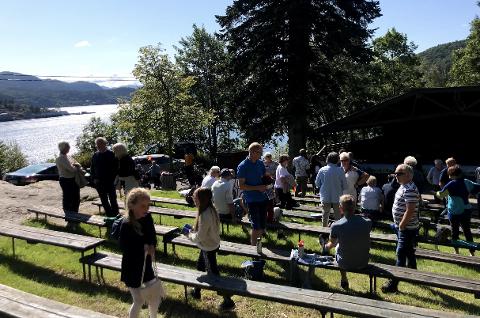 SAMLET SEG: Mange benyttet sjansen til å slå av en prat både før og etter gudstjenesten i det fine været i Fjellparken søndag formiddag.