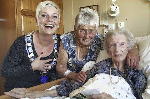 EIT FLOTT TREKLØVER: Jubilanten Olga Nilsen (t.h), nabo og ven Margot Gullaksen og ordførar Kristin Handeland. privat foto