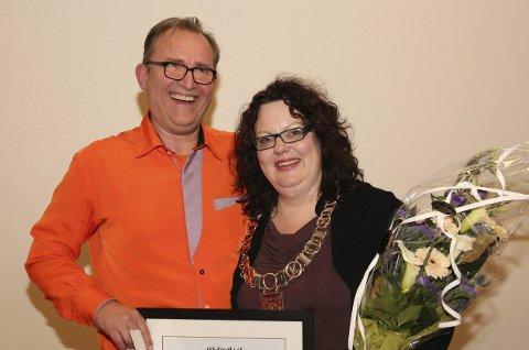FRIVILLIGPRISEN: Johan Nicolay Leganger tok denne veka imot veka frivilligprisen for Lindås kommune 2016. Her saman med fungerande ordførar, Nina Bognøy, som leverte ut prisen.