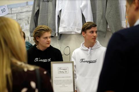 Espen Urhaug (t.v.) og Sondre Flataker er to av gutane i Transparent Clothing som meiner fokuset skal takast vekk frå kva for klesmerke ein bruker.
