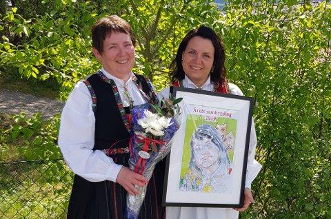 Christine Westervik (t.h.) vart tildelt prisen Årets sambygding på 17.-mai arrangementet på Leiknes skule, av leiar i Bygdelaget 5915, Inger Helen Midtgård.