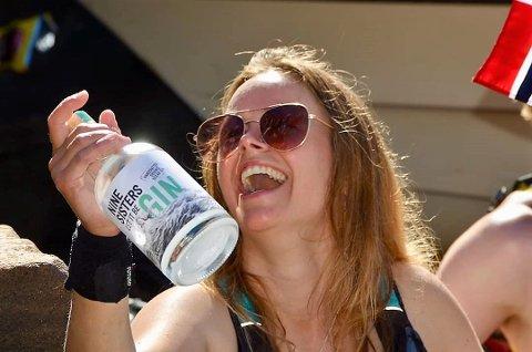 Den første gin-produksjonen frå Fedje er klar. Her kjem Therese Storebø Østervold, til Vågen i Bergen og dreg den første flaska ut av kajakken for å levera den på kaien til kollega.