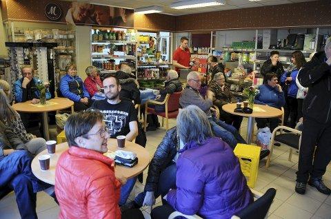 Feiret: Befolkningen på Storjord og Korsnes feiret det å ha fått eget bensinutsalg med gratis mat og kaffe. Foto: Øyvind A. Olsen