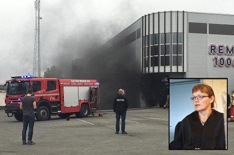 Advokat Hilde Guldbakke (innfeldt) sier at hennes klient ikke har hatt noe med brannen i Hunstadsenteret å gjøre.