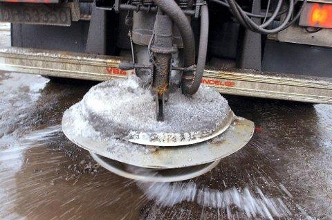 Veisalt: Debatten om hvor mye det skal saltes på veiene i Salten skyter fart hver eneste vinter, og Statens vegvesen region nord mottar en rekke klager når det kommer til hvordan de bruker veisaltet.