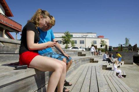 Satser på ungdom: De unge får komme til ordet, når Fauske skal skape et mer aktivt sentrum og utvikles til å bli en bedre by å bo i. På bildet nyter Julie Veigård og Fredrick Hamran en solskinnsdag på promenaden.