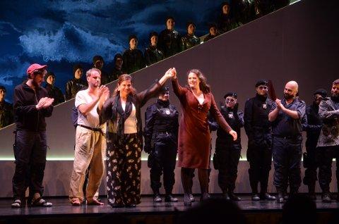 Applausen var hjertelig etter forestillingen for både Nina Gravrok og Angela Rotondo.
