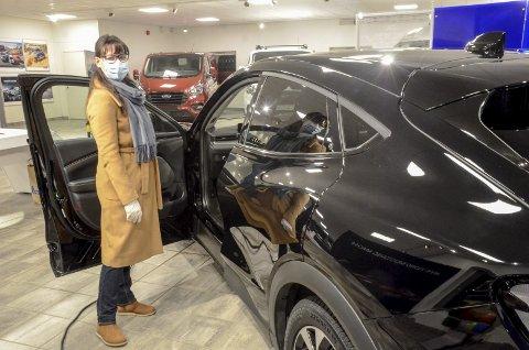 Da Julie Myhre bestilte sin Ford Mustang Mach-E var bilen ennå ikke på markedet. Torsdag fikk hun se den med egne øyne da bilen hadde norgespremière på Sentrum Auto. Foto: Trond Isaksen