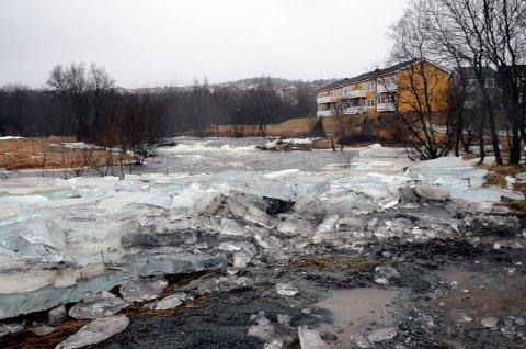 Futelva på Bertnes gikk over sine bredder på grunn av regn og flomvann i 2013.  Det førte til isgang og nesten oversvømmelse på riksvei 80.