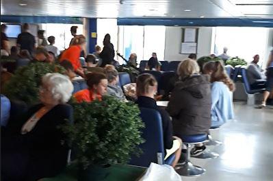 FOLKSOMT: Trine Johansen forteller at det var mye folk på MF Tranøy mandag kveld.
