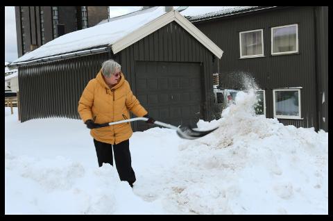 - Dette skjer hvert år, sier Bodil Berg. Hun etterlyser en løsning hvor snøen fra brøytekantene ikke ender opp på fortauet og i innkjørsler.