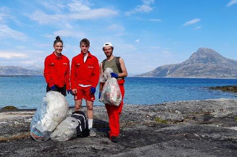 Sommerjobb: Strandrydderne i aksjon i Hamarøy, fra venstre Elisa Aasen Marie, Vebjørn Bye Amundsen og Raphael Aasen Marie.