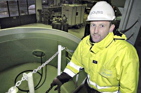 Nils Arne Øksenvåg viser den nye trykktanken som skal brukes til testing og opplæring