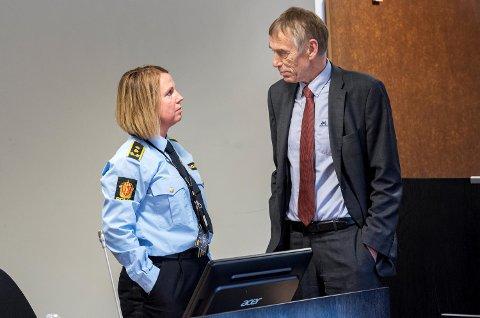 Janne Heltne, politiadvokat i Vest politidistrikt, i samtale med forsvarer Jostein Alvheim før mandagens fengslingsmøte.