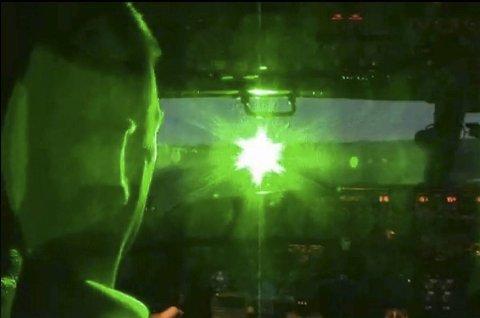 Det amerikanske luftfartstilsynet har publisert en video på sine hjemmesider som viser hvordan laserlys kan blende piloter som er på vei inn for landing eller når de letter. Laser, fly, flesland. (Foto: FAKSIMILE, FFA )