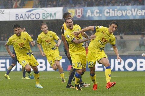 Chievo og Roberto Inglese (t.h.)  er favoritter i hjemmekampen mot Verona i cupen.