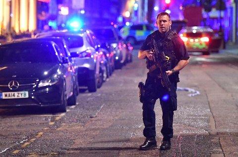 En politimann på  Borough High Street etter angrepet.(Dominic Lipinski/PA via AP)