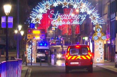 Politi og helsepersonell ved julemarkedet der flere personer ble skutt tirsdag kveld.