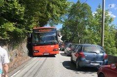 Her sto bussen bom fast mens trafikken presset på i begge ender.