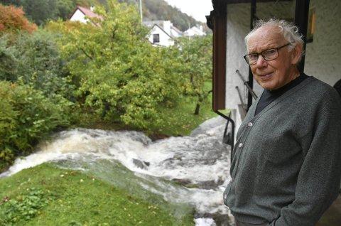 Petter Larsson står på baksiden av huset hvor Starefossen fosser inn. 78-åringen mener det er kommunen sin feil. ALLE FOTO: EIRIK HAGESÆTER