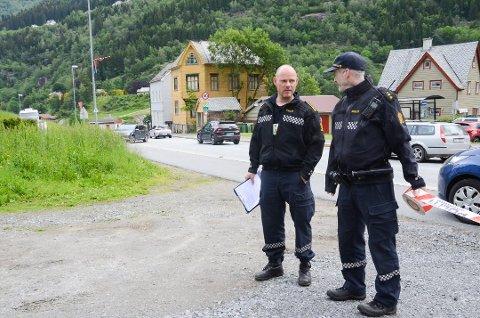 Politiet gjennomførte rekonstruksjon i anledning drapsforsøk i Odda. Etterforskningleder Paul Henriksen og politibetjent Geir Telle på stedet i juni.
