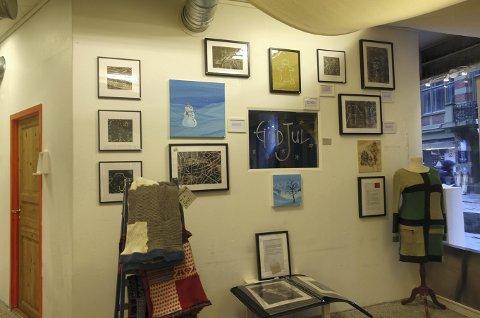 I butikken er en hel vegg satt av til kunstnerne fra KreAktivt Verksted som er et kreativt arbeidsfellesskap for personer som står utenfor det ordinære arbeidslivet. Foto: TOM R. HJERTHOLM