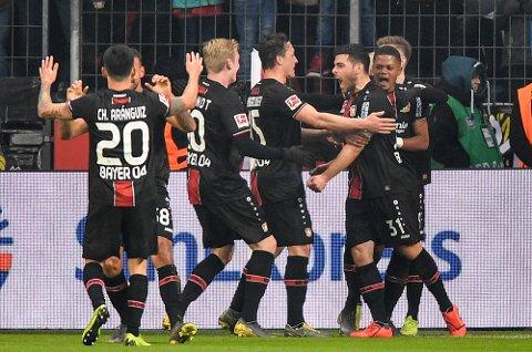 Leverkusen og Kevin Vollandjubler etter 3-1-seieren mot Bayern Munchen i helgen. I dag tror vi at de følger opp med å ta seg videre i cupenpå bekostning av 2. Bundesliga-laget Heidenheim.  (AP Photo/Martin Meissner)
