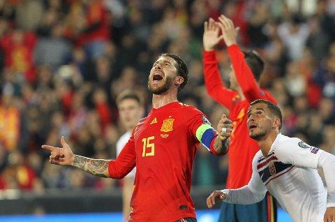 Vi tror at Sergio Ramos (t.v.) og Spania kan få problemer mot Sverige i kveld. (AP Photo/Alberto Saiz)