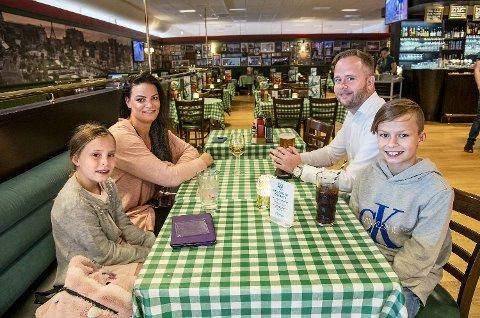 Helene Avløyp og samboeren Øystein Andersen sammen med Sebastian (12) og Amalie (9) Isaksen på Flesland. Familien var på vei til Kroatia da BA traff på dem.