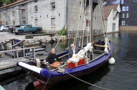 Om bord gavlbåten «Johannes» sitter t.v. Anders Schouw og styreleder i Bergen Kystlag, Torleif Sørli. Det var Schouw og hans kone Irene Roalkvam som tok grep, da den gamle båten trengte en solid oppussing i et naust på Storøya i Eidsvågen. Foto: TOM R. HJERTHOLM