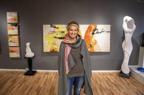 Sønnene til den avdøde bergenskunstneren Siren Blytt er takknemlig for den store responsen på minneutstilling for moren.  Her fra egen utstilling i 2019.