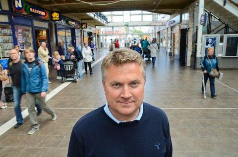 Senterleder Jørgen Johan Koch sier det er viktig å bruke butikkene nå som de åpner igjen.