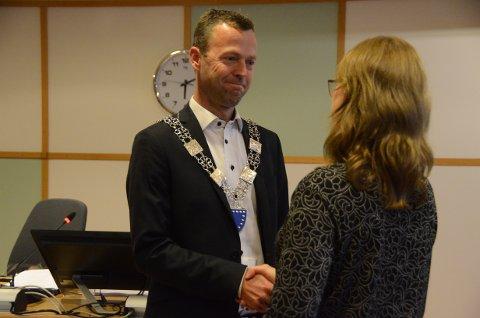 Høytidelig: Jarle Bø (Sp) kjente tydelig situasjonen som spesiell da avtroppende ordfører Kristine Enger (Ap) overleverte ordførerkjedet til den nyvalgte ordføreren.