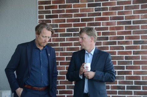 Høyre og Krf: Høyres John Peter Hernes (t.v.) stemte for Krf sitt forslag om eiendomsskatt i Stavanger formannskap i forrige uke. Jostein Eiane (Krf) er arkitekten bak dette forslaget. Her er de to i en pause under et møte i Fellesnemnda på Finnøy i mai i år.