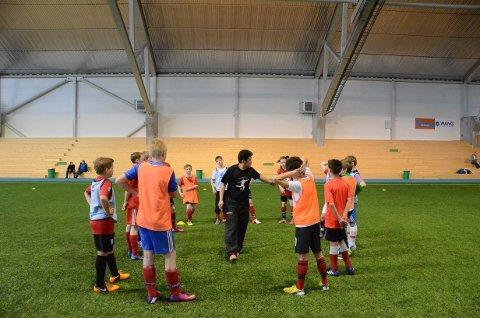 Mastra sine 13-åringer fikk kyndig veiledning av blant andre Jan Henrik Øydne under helgens fotballskole.