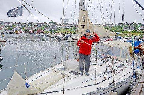 Halvor Håvarstein er ingen sjørøver selv om flagget til venstre kan antyde det. Båten var dekorert med flagg fra alle landene han og familien har besøkt de siste sju årene. De valgte å gå inn i Dusavik båthavn først sist fredag, og så til Åmøy.