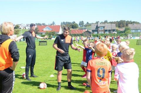 Liverpool Fotball Academy har 9 profesjonelle trenere. Her gir Matty Murphy og Josh Wesslby de unge deltakerne veiledning.