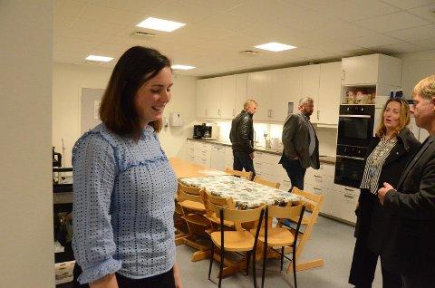 Styrer Hanne Rosså Lindanger (t.v.), er kjempefornøyd over å overta en renovert Bru barnehage av ordfører Dagny Sunnanå Hausken. Bak er Tor Bernhard Harestad (t.h.) og Arne Marton Reianes i byggekomitéen.