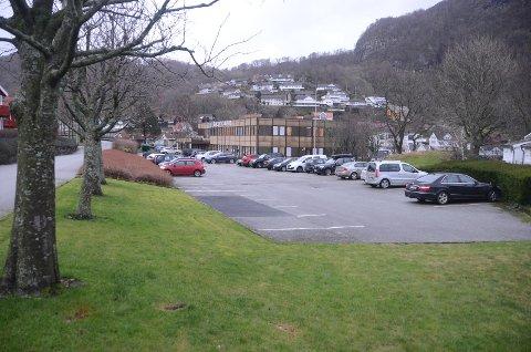 Kommunehustomta med tilhørende parkering her i Vikevåg skal omdisponeres til boligformål og legges ut for salg snarest mulig, bestemte planplitikerne i Rennesøy denne uka.