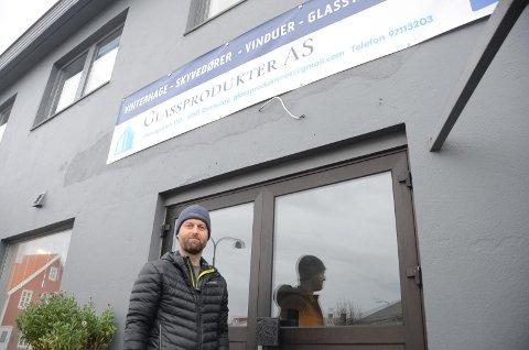 UTSTILLING: Snorre Kleppe har planer om å få inn flere produkter til utstilling i lokalene på kaien sentralt i Vikevåg.  Foto: Sigbjørn Berentsen
