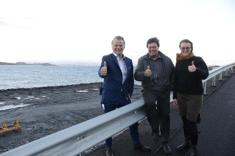 Rådmann Magne Fjell (t.v.), bonde Helge Todnem (Hemtoco Invest AS) og ordfører Kristine Enger er fornøyd med at Statens vegvesen ikke får mulighet til å eie steinfyllingen som kommer her i Mekjarvik som følge av Rogfast.