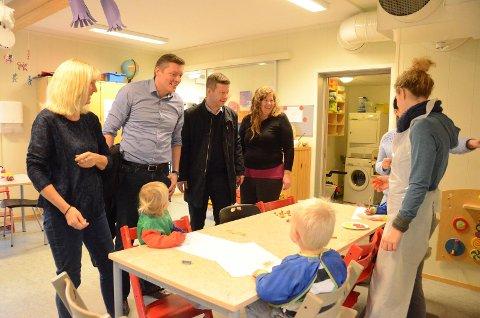For et par uker siden besøkte Rune Askeland og Dag Mossige (midten) barnehagene på Åmøy og Bru for å gjøre seg mer kjent med forholdene.