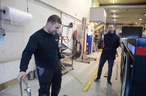 Daglig leder Jan Henning Mosvær (til høyre) sammen med en av de 16 ansatte, mekanikeren Bjarne Mortensen, i verkstedet på Mosterøy.
